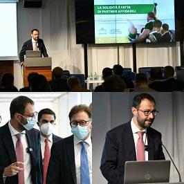 3 foto che ritraggono in ministro Patuanelli all'evento ISMEA
